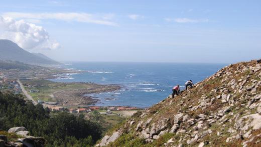 Comezan as visitas ao castro e aos petróglifos que dominan o mar de Oia