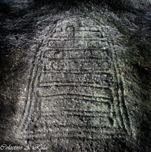 A pedra da grada  fai de marco entre os concellos de Caldas, Portas e Moraña e contén un curioso petróglifo / A Rula