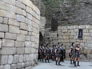 A Garda Pretoriana de Lugo sae por unha das portas da antiga muralla romana da cidade / concellodelugo.gal