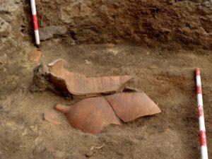 Ánforas romanas atopadas nas escavacións de Santa Tegra / equipo investigador