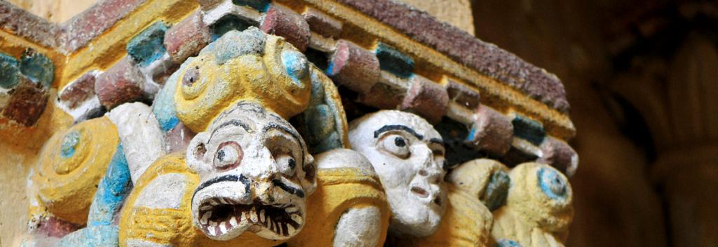Detalles dalgunhas columnas do Mosteiro de San Paio de Abeleda, en Castro Caldelas / O Sorriso de Daniel