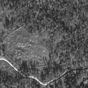Fotografía aérea dos anos 40. Asentamento temporal de traballadores nos montes de Sta. Mariña do Remuiño, en Corcoesto. A presencia numerosa destes asentamentos era proporcional ao incremento da productividade das minas, que requería máis man de obra constituída por indíxenas libres e escravos