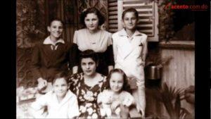 Fidel Castro e Raúl Castro cos seus irmáns e coa súa nai