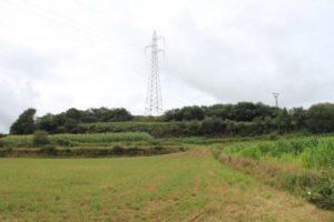 Castro de Regoelle, cun campo de fútbol e torres eléctricas na croa / José Manuel Caamaño