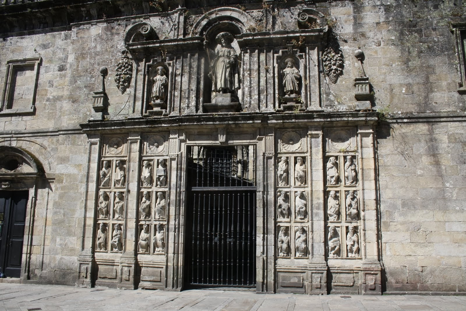 Esculturas do taller do mestre Mateo no exterior da Porta Santa que pertencian ao coro pétreo / santiagoturismo.com