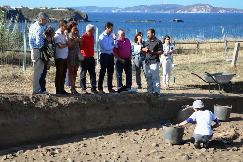 Rafael Rodríguez, arqueólogo da Deputación de Pontevedra, e coordinador da campaña da Lanzada, explicando o que se ten atopado neste sitio arqueolóxico