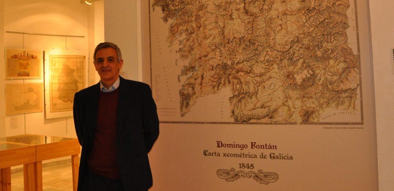 Gonzalo Méndez, comisario da exposición Mapas e Cartas de Vigo e de Galicia: séculos XVII ao XX, diante da obra de Domingo Fontán / Duvi