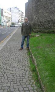 Iñaki García, concelleiro de Lugonovo no adoquinado que rodea a Muralla de Lugo
