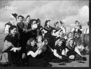 Imaxe de mulleres vestidas co traxe típico galego no NO-DO / RTVE