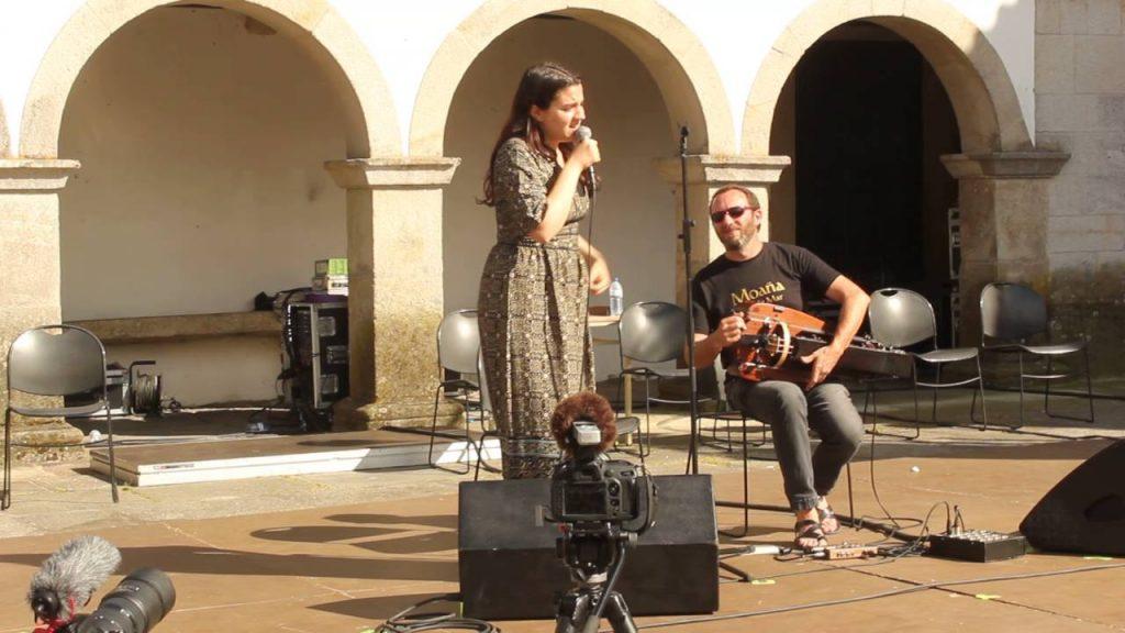 Alba María é unha cantora, compositora e regueifeira galega