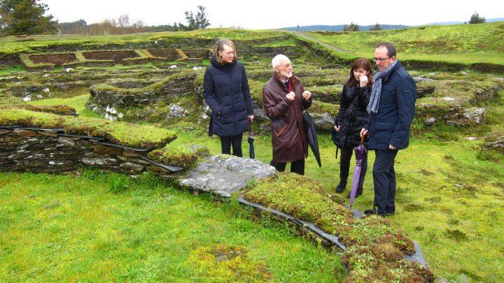 Anxo Lorenzo visita o castro de Viladonga, acompañado por Felipe Arias / cultura.gal
