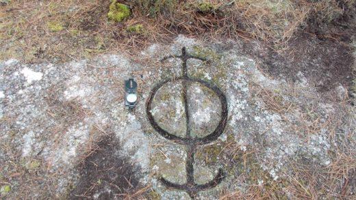 """""""Brúxula"""" con dúas frechas atopada na Pena do Rei, de Lugo / Xabier Moure"""