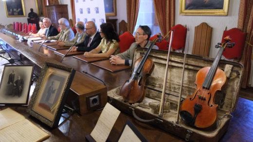 Violíns do século XVIII, partituras e outros efectos musicais históricos donados á USC
