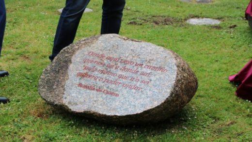 """Santiago inaugura """"O xardín das pedras que falan"""" ó pé da biblioteca máis importante de Galicia"""