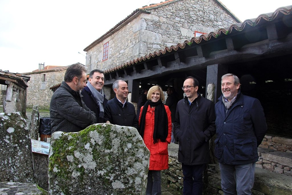 O conselleiro de Cultura, Román Rodríguez, xunto coa directora xeral de Turismo, Nava Castro, visitan os pendellos de A Golada, unha das típicas mostras de arquitectura feita coa técnica da pedra seca / Xunta.gal