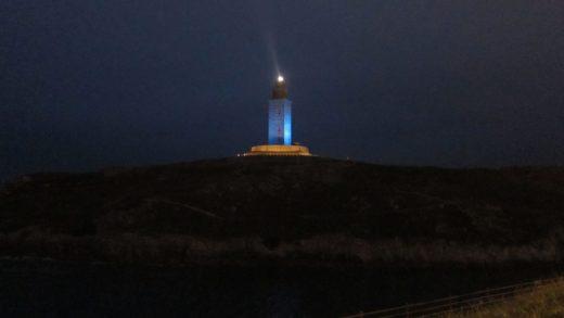 A Torre de Hércules de azul para festexar os seus sete anos como Patrimonio da Humanidade / eloytp.blogspot.com