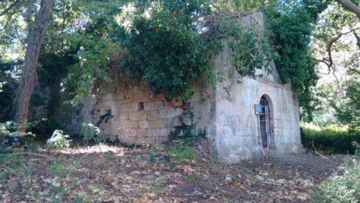 Ruínas da virxe dos miragres en Cortegada / Elixio Vieites